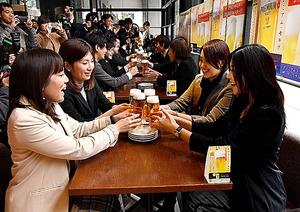 PRイベントで、乾杯する招待客ら=27日午前、東京・丸の内、金居達朗撮影