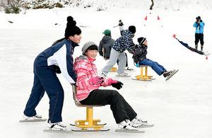 「田んぼリンク」でスケートを楽しむ子どもたち=27日午前9時35分、福島県川俣町、諫山卓弥撮影