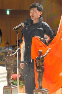 選手宣誓するソチ冬季五輪スピードスケート代表の山中大地選手=長野市芸術館