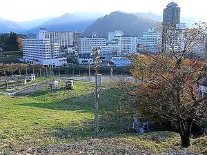 スキー場から見た新潟県湯沢町のリゾートマンション群=昨年11月