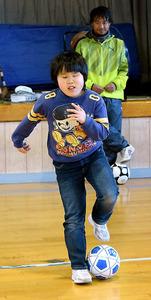 ドリブル練習をする平林太一君と指導する梨子田幸治さん=長野県松本市の松本盲学校