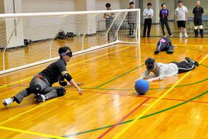 千葉市の職員研修でゴールボールを体験する熊谷俊人市長(左端)ら=2016年7月、千葉市中央区