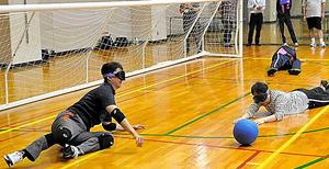 千葉市の職員研修でゴールボールを体験する熊谷俊人市長(左端)ら=2016年7月