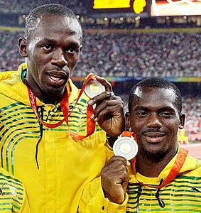 北京五輪の400メートルリレーで金メダルを取ったウサイン・ボルト(左)とネスタ・カーター=AP