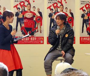 イベントで投票を呼びかける本山雅志選手(右)=北九州市小倉北区