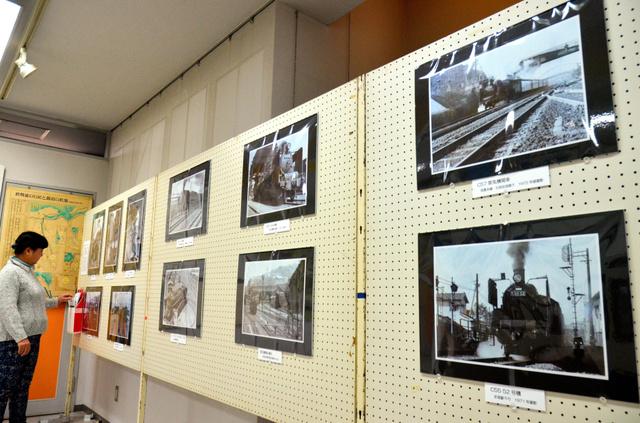 展示されているSLや近代車両の写真=直方市