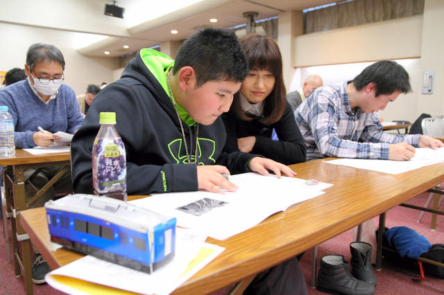 真剣な表情で検定試験に臨む参加者たち=ひたちなか市湊本町