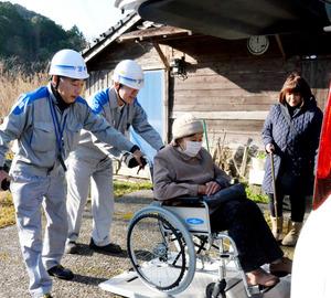 民生委員の福永美幸さん(右)に付き添われ、福祉車両に乗り込む中向ソエさん=薩摩川内市寄田町