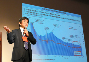 出生率を上げるための社会整備について語る山崎史郎氏=小林市須木