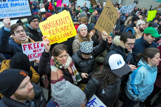 ニューヨークのジョン・F・ケネディ国際空港で28日、トランプ大統領による入国制限措置に抗議する人たち=AP