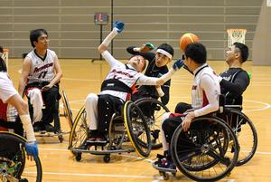 決勝戦で熱戦を繰り広げる博多パトラッシュと熊本マウゴッツの選手たち=大分県別府市総合体育館