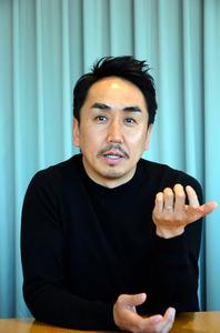 インタビューに答えるLINEの出沢剛社長=東京都渋谷区の本社