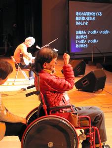 金子雄二さんの思いをのせた歌が会場に響いた=水俣市牧ノ内の市文化会館