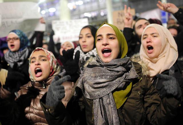 米シカゴのオヘア国際空港で28日、トランプ氏による移民制限の大統領令に対し、抗議のデモをする人たち=AFP時事