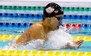 競泳男子200メートル平泳ぎで世界新記録を出した渡辺一平=清水寿之撮影