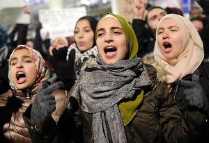 <抗議> 米シカゴのオヘア国際空港で28日、移民制限の大統領令に対し抗議デモをする人たち=AFP時事