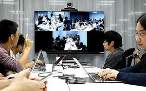 韓国や台湾の海外拠点とテレビ会議をするLINE社員たち=東京・渋谷、林紗記撮影
