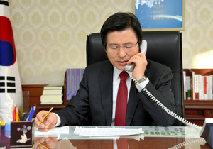 30日午前、トランプ米大統領と対話する韓国の黄教安首相(大統領権限代行)=韓国国務総理室提供