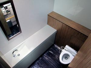カウンターと洗面台、鏡を備えた女性用の「プライベートトイレ」の一例=ネクスコ西日本提供