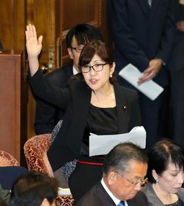 参院予算委で、民進党の蓮舫代表の質問に答弁するため挙手する稲田朋美防衛相=30日午前9時39分、岩下毅撮影