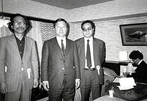1985年、アメリカに亡命していた金大中氏(中央)とワシントンで初めて会う。金氏はその年、韓国へ帰国する途中で成田空港に立ち寄り、のち岩波書店社長となる安江良介さん(右)とともに出迎えた=吉田ルイ子氏撮影