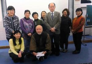 21日に開催された市民読書会講演会に集まった人たち。前列右が山崎さん、後列右から3人目が鈴木さん=越谷市立図書館提供
