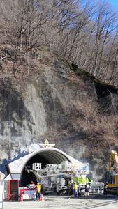 掘削工事が始まり、坑口の輪郭が見えた県道松川インター大鹿線の四徳渡トンネル=中川村