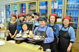 「ぱれっと」では、知的障害がある4人のスタッフを藤田さん(左から2人目)らが支える=海老名市役所
