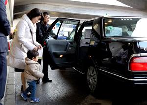 初乗り運賃が410円になったタクシーに乗り込む利用者たち=30日午後、東京都新宿区、林紗記撮影