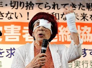 全国空襲被害者連絡協議会結成の会であいさつする杉山千佐子さん=2010年8月、東京都台東区