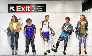 ヴィック・ムニーズ「見知らぬ人たち」(2017)MTA Arts&Design提供(C)Vik Muniz.Photo by Rob Wilson