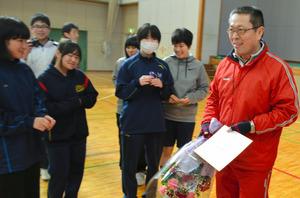 生徒たちから花束を渡された山岡邦秋教諭=いわき市