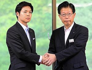 条件付きで廃線を提案した鈴木直道夕張市長(左)と協力を約束した島田修JR北海道社長=2016年8月17日