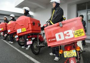 鬼太郎をあしらったご当地ナンバーが付けられた配達用バイク=境港市上道町