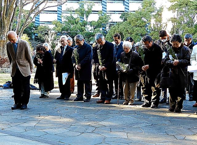 アジアの戦争犠牲者を追悼して黙祷する集会参加者=2016年12月28日、東京都千代田区の千鳥ケ淵戦没者墓苑