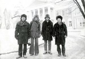 1978年、在外研究で1年間ソ連に滞在する。モスクワ郊外、レーニンが息を引き取った邸宅前で。右から藤本和貴夫・現大阪経済法科大学長、伊東孝之・現北海道大学名誉教授と=本人提供