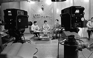 「木島則夫モーニングショー」のスタジオと司会者の木島則夫さん、井上加寿子さん、栗原玲児さん(右から)。5局ネットで放送を開始し2年後には29局に拡大した