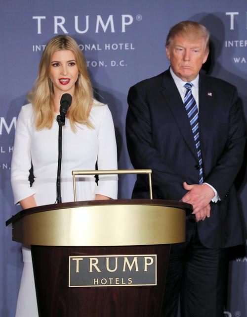 「トランプ・インターナショナル・ホテル」の開業式典で長女イバンカ氏(左)のあいさつに聴き入るトランプ氏=2016年10月、ワシントン、矢木隆晴撮影