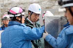 ガスタービン発電機車の説明を受ける米山隆一知事(中央)=東京電力柏崎刈羽原子力発電所