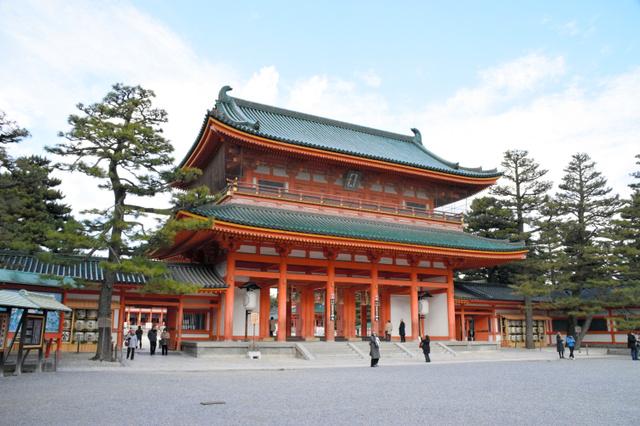 1895(明治28)年に建てられた平安神宮の応天門。2010年に国の重要文化財に指定された=左京区