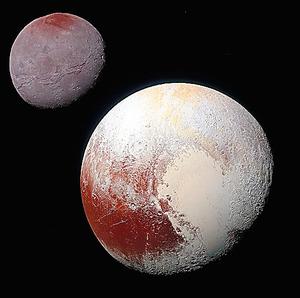 冥王星(右下)とカロン。冥王星の左下に、クジラの形に見える「クトゥルフ領域」がある=NASA提供