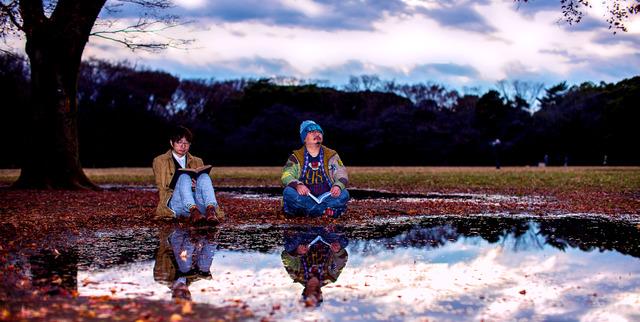 思い出深い哲学の言葉。山本貴光さん(左)はアリストテレス「人は驚異することによって哲学を始めた」、吉川浩満さん(右)はカント「あえて賢くあれ!」=東京都渋谷区の代々木公園