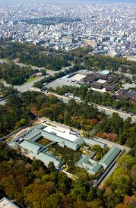 京都御苑内にある京都迎賓館(手前)。右上は京都御所=2005年、京都市上空