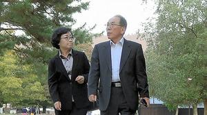 映画の一場面。日本を訪れた李さんの両親=ミューズの里「かけはし制作委員会」提供