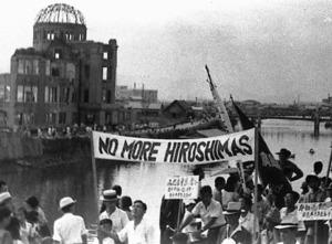 被爆から3年、広島平和祭に参列した市民が市内を行進した=1948年8月6日、広島市