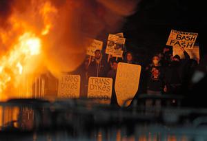 1日、カリフォルニア大学バークリー校でイアノポウロス氏に抗議する人々=AP