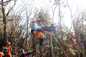 防災ヘリコプターによる救助活動の様子=埼玉県防災航空センター提供