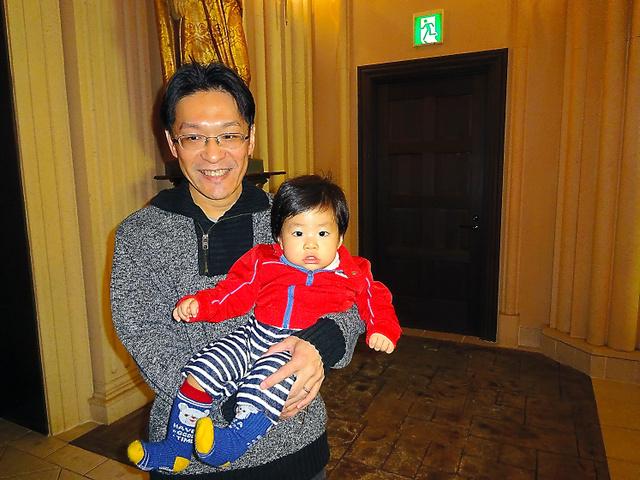「帯状疱疹」編で紹介した前田金美さん。昨年12月、治って長男を抱けるようになった=本人提供