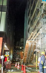 足場が崩れた工事現場=3日午前0時44分、東京都台東区雷門1丁目、力丸祥子撮影