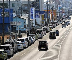 スタンド前にできた車の行列=2011年3月13日、仙台市宮城野区